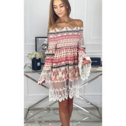 Vzorované šaty s odhalenými ramenami